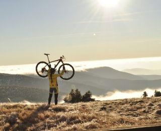 ciclista levantando una bicicleta